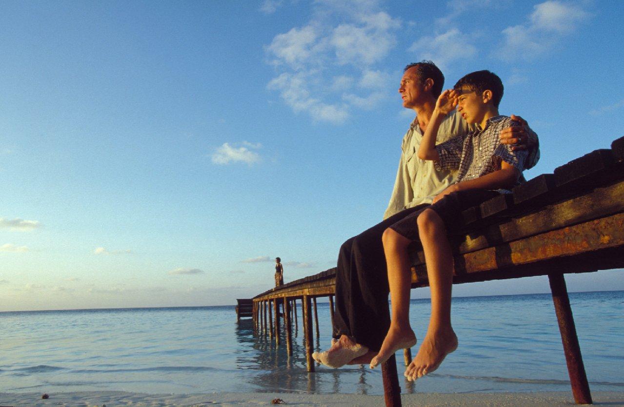 Famille contemplant l'horizon